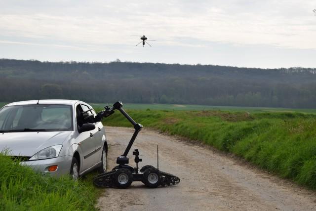 Les robots aérien et terrestre collaborent pour une mission (Crédit photo: ECA Group)