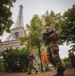 Une patrouille Sentinelle au pied de la tour Eiffel (Crédit photo: SGT Jean-Baptiste T/armée de Terre)