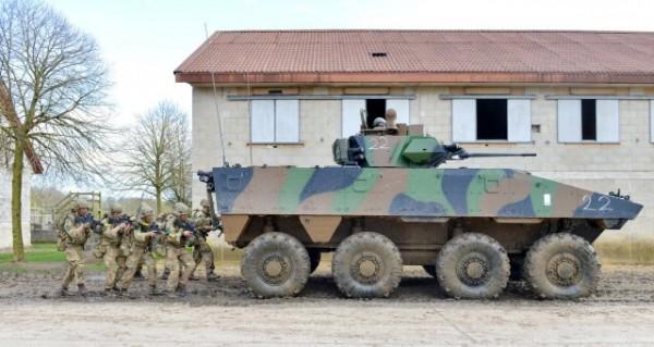 Une section de soldats britanniques appuyée par un VBCI français durant l'exercice Griffin Strike 16 (Crédit photo: ministère de la défense britannique)