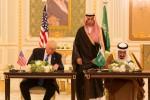 """Signature du """"méga-contrat"""" par le président américain Donal Trump et le roi Salmane ben Abdelaziz Al Saoud (Crédit: Maison Blanche/Shealah Craighead)"""