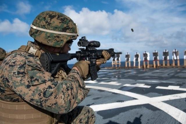Le caporal Alfredo Ibarra de la 31st Marine Expeditionary Unit de l'US Marine Corps s'exerce au maniement du M27 IAR en juin 2017 (Credit: USMC/Petty Officer 3rd Class Jonathan R Clay)