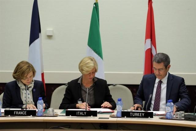 Les ministres de la Défense française, italienne et turc lors de la signature de la LoI (Crédit photo: Eurosam)