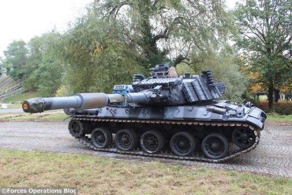 L'un des quatre AMX-30 Brenus maquillé en char soviétique par la FORAD.