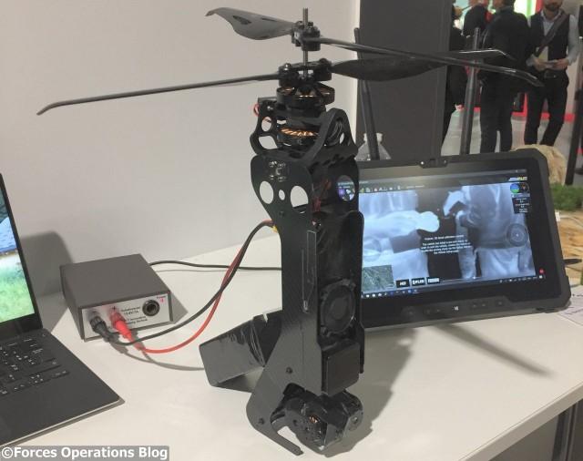 Le V-COAX avec son rotor  coaxial déployé, la charge utile est visible à la base du drone