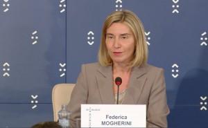 Frederica Mogherini répond aux questions des journalistes après la réunion informelle des ministres de la Défense européens à Bratislava le 27 septembre 2016