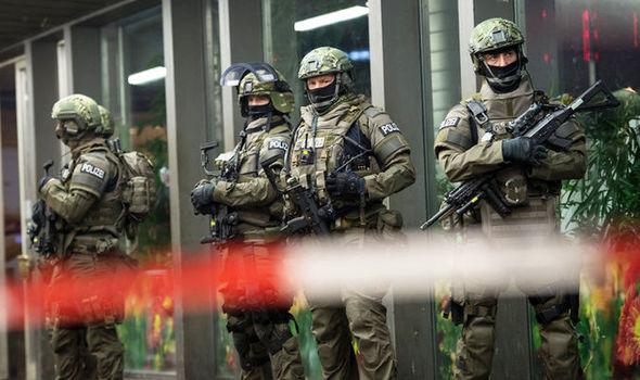 Non, il ne s'agit pas de soldats mais de bien de membres de la police, seule habilitée à assurer la sécurité intérieure de l'Allemagne (Crédit photo: EPA)