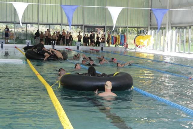 Et puis il fallait nager plusieurs longueurs, dont chacune était truffé d'embûches ! (crédit photo: Christina Mackenzie)