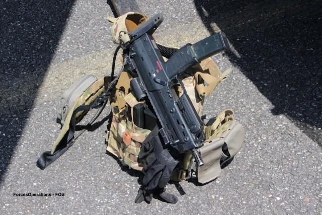 Le pistolet-mitrailleur HK MP7, en dotation dans les équipages Gazelle et Tigre