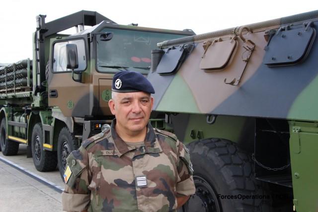 Le colonel Samuel Duval, chef de corps du 519e GTM, à proximité d'un PPLOG, véhicule emblématique des unités du train