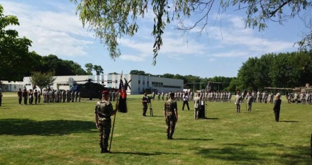 Le général Bertrand Houïtte de La Chesnais (debout au lutrin) s'adressant au général Beaudouin , qui sera affecté ailleurs à compter du 1er juillet (Crédit phot: Christina Mackenzie)