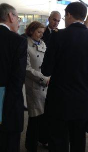 Parly s'est tout particulièrement intéressée  au garrot textile du Dr Nicolas (Crédit photo: Christina Mackenzie)