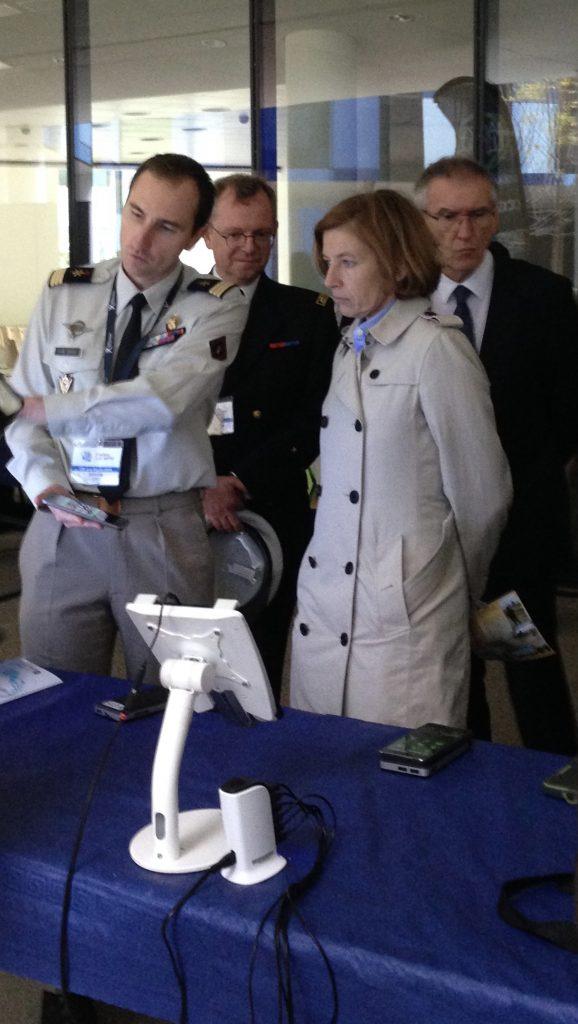 Florence Parly écoutant attentivement l'inventeur du système de communication pour radio/smartphone Auxylium, actuellement déployé au sein de l'opération Sentinelle (Crédit photo: Christina Mackenzie)