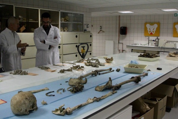Deux anthropologues dans leur laboratoire d'identification humaine
