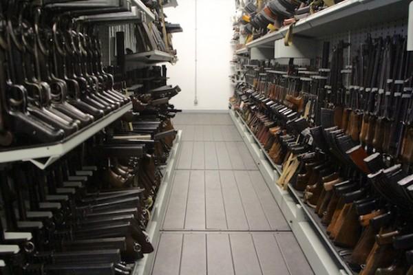 """Une des nombreuses rangée d'armes à feu dans la """"bibliothèque"""". Crédit photo: Christina Mackenzie"""