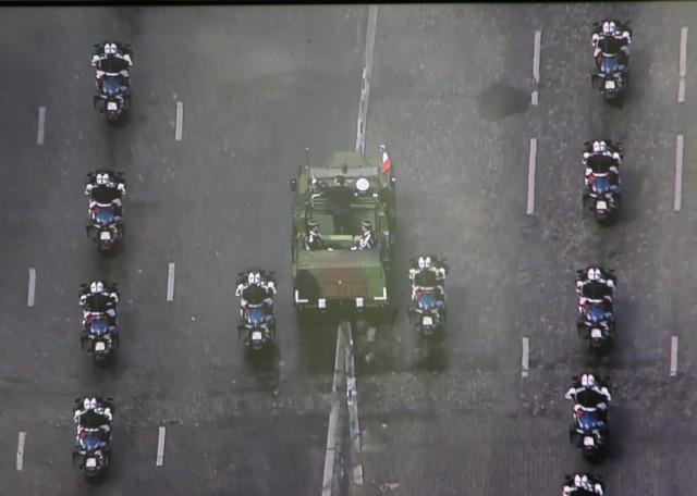 Le VLRA remonte les Champs Elysées (photo: Christina Mackenzie, capture d'écran France 2)