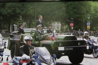 Emmanuel Macron debout dans le VBRA (photo: Christina Mackenzie, capture d'écran France 2)