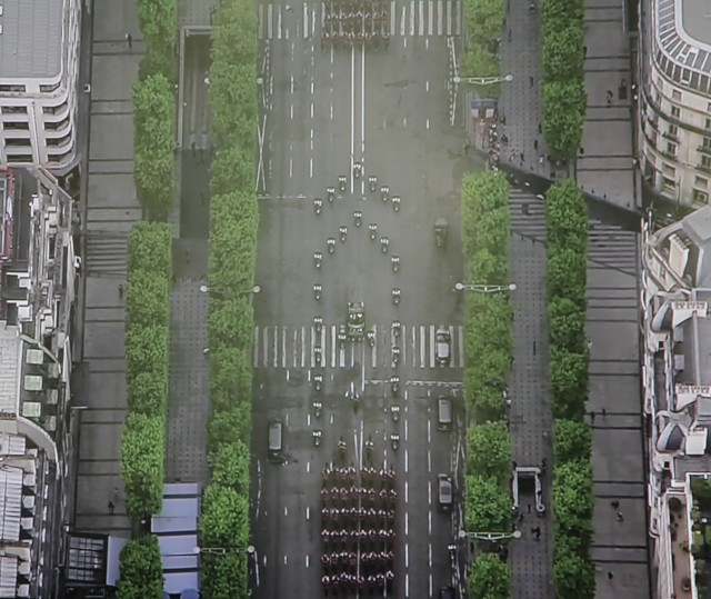 Le cortège présidentielle remonte les Champs Elysées (photo: Christina Mackenzie, capture d'écran France 2)