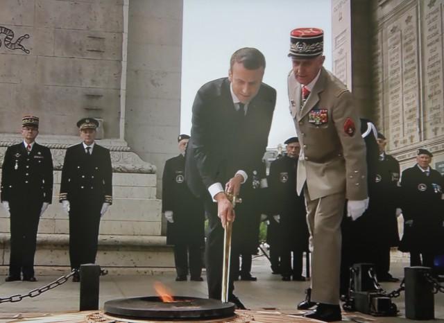 Le nouveau président ravive la flamme sur le tombeau du Soldat inconnu (photo: Christina Mackenzie, capture d'encrant France 2)