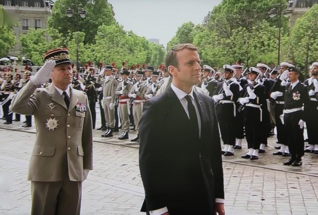 Le président Emmanuel Macron et son chef d'état-major des armées, le général Pierre de Villiers lors de la cérémonie militaire à lArc de Triomphe le 14 mai 2017 (photo: Christina Mackenzie, capture d'écran France 2)