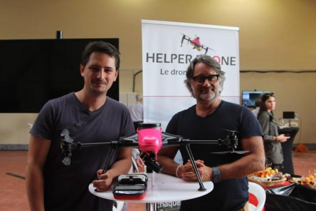 Anthony Gavend (gauche) et Fabien Farge avec leur drone HELPER, probablement le seul drone volant de couleur rose au monde! (Crédit photo: Christina Mackenzie)
