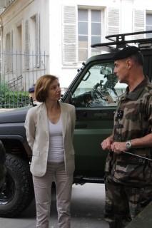Le gouverneur militaire de Paris, le général Bruno Le Ray, explique au ministre le fonctionnement de l'opération Sentinelle devant une des 75 vigies de Paris (Crédit photo et Christina Mackenzie)