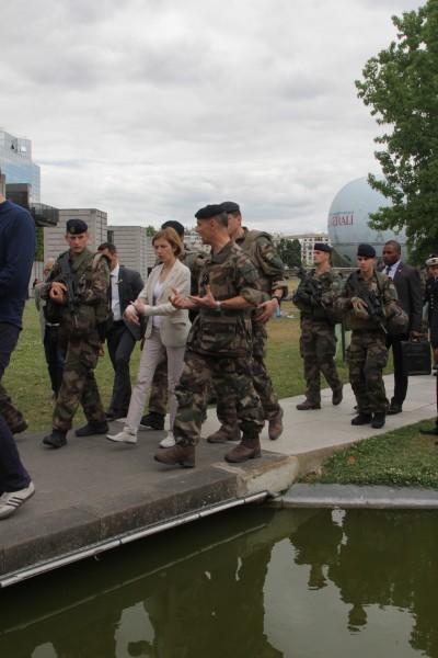 Florence Parly avec une patrouille Sentinelle et le gouverneur militaire de Paris, le général Bruno Le Ray (sur sa gauche) dans le Parc Andree Citroën à Paris le 24 juin 2017 (crédit photo et © Christina Mackenzie)
