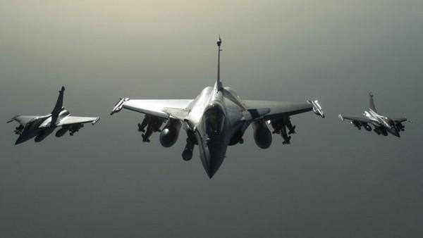 Cinq Rafale ont effectué hier un premier raid en Syrie visant un camp d'entrainement de Daech (Crédit: ministère de la Défense)