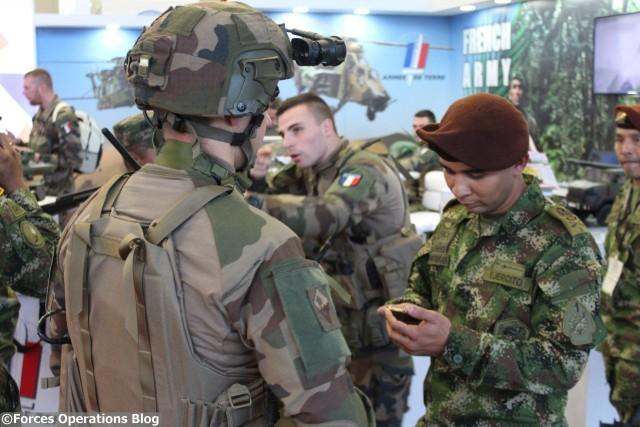 Un soldat du 27BCA présente le système Félin a un homologue colombien