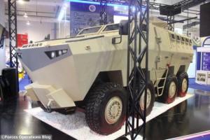Quand un véhicule 8x8 MRAP côtoie...