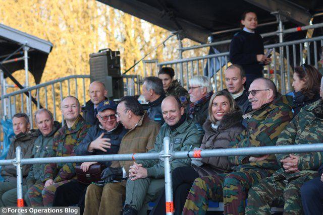 Federica Mogherini, Haute Représentante de l'Union pour les affaires étrangères et la politique de sécurité, et, à sa gauche, le chef de la défense belge, le général