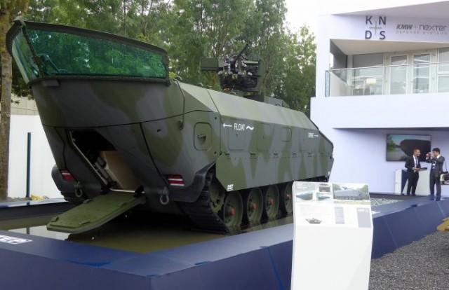 L'Amphibious Protected Vehicle Tracked de Krauss-Maffei Wegmann, démonstrateur original de véhicule de transport de troupe conçu pour progresser dans un sens sur l'eau et dans l'autre sur terre (Photo : FOB).