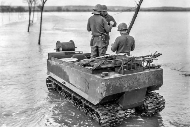 """Studebaker M29 """"Weasel"""" de la 39ème Signal Company, 26ème Infantry Division, dans la vallée de la Sarre, le 9 février 1945 (photo: US Signal Corps)"""