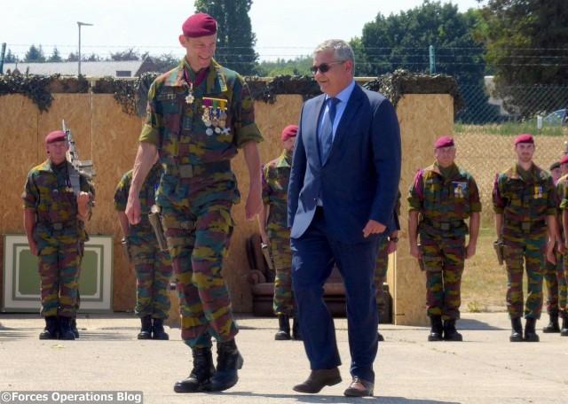 Le colonel Vincent Descheemaeker, commandant du Special Operations Regiment, et Steven Vandeput, ministre belge de la Défense, après le passage des troupes troupes en revue