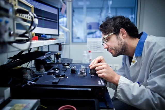 Dans un laboratoire d'intégration de composant optique de Safran Electronics & Defense Germany GmBH (Crédit photo: Hermann Bredehorst / CAPA Pictures / Safran)