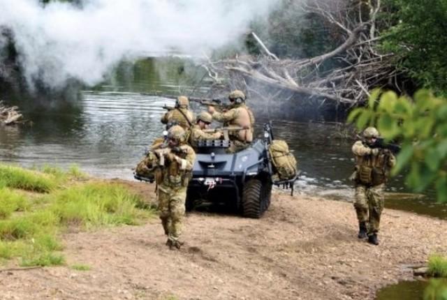 """UGV """"Mission Master"""" de Rheinmetall Canada en essai dans l'armée canadienne, configuré pour le soutien d'infanterie et doté d'un lance-grenade fumigne Rheinmetall """"Rosy"""" à l'avant (Photo : Rheinmetall Canada)"""
