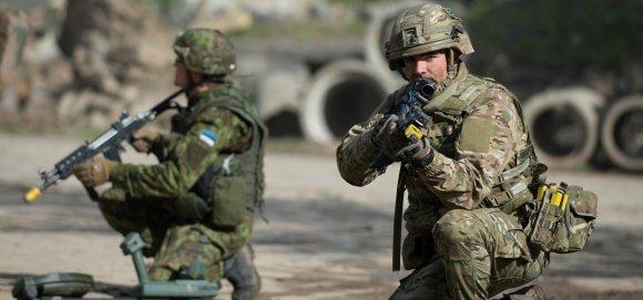 Soldats estonien et britannique au cours de l'exercice Joint Warrior mené jusqu'au 18 mai dans la plaine de Salisbury (photo : ministère britannique de la Défense)
