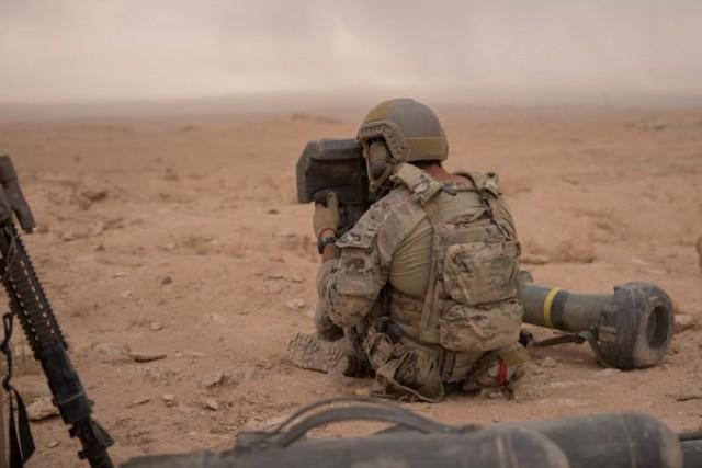 Membre des Forces Spéciales U.S. utilisant un Command Launch Unit (CLU) de missile antichar FGM-148 Javelin pour repérer des cibles Daech dans la province de Deir Ezzor, en Syrie. (Photo : U.S. Army / Sgt. Matthew Crane)