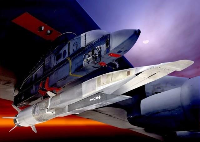 Projet de missile hypersonique  X-51A Waverider propulsé par un moteur Pratt & Whitney Rocketdyne SJY61, monté sous un pylone de Boeing B-52H Stratofortress (Illustration : USAF)