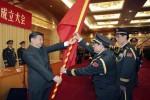 """Le président chinois Xi Jinping, donnant un drapeau militaire à Wei Fenghe, à l'époque commandant de la """"rocket force""""  l'Armée populaire de libération de Chine . Photo: AP/2016"""
