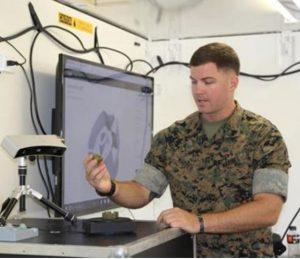 Le scanner tridimensionnel nécessaire pour digitaliser les pièces (Crédit: USMC)