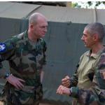 Le général Bellot des Minières en discussion avec le commandant du GTIA Scorpion (crédits: EMA/ECPAD/MINDEF)
