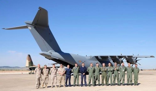 L'équipe de la force aérienne espagnole pose devant l'A400 qu'ils ont amené jusqu'au Mexique pour FAMEX 2017 (Crédit photo: Force aérienne espagnole)