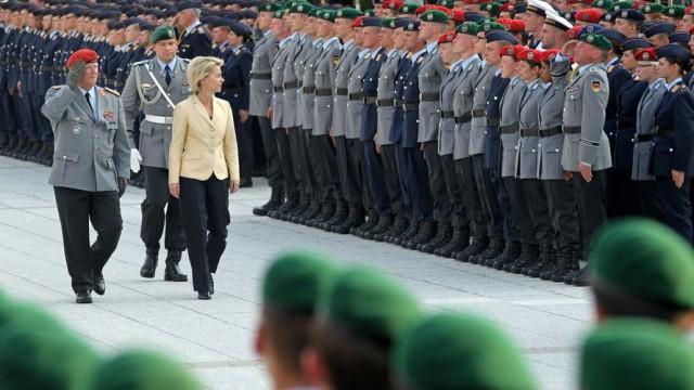 La ministre allemande de la Défense, Ursula Von der Leyen passant les troupes en revue (crédits : Bundeswehr)