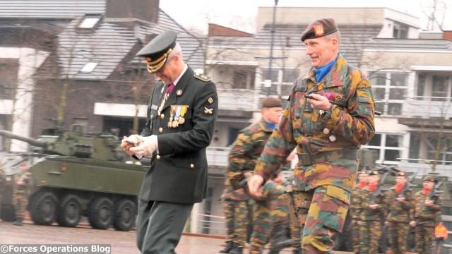 Le colonel Jean Louis Crucifix, nouveau patron de la Brigade Médiane, accompagné du général-major Marc Thys (gauche), chef de la Composante Terre
