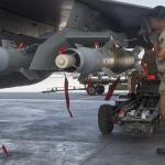 Un armurier procède à l'accrochage des GBU-12 sur un Rafale, en préalable du raid en Irak. Le visage de l'homme a été masqué par les autorités. Photo Sirpa Air