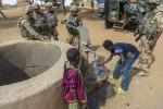 Réparation d'un puit au Mali par les sapeurs du 13e régiment du génie (Crédit photo: Olivier Debes)