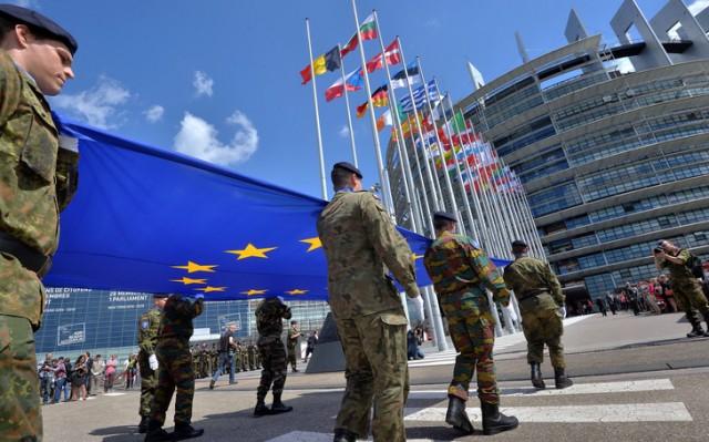 soldats-lEurocorps-devant-Parlement-europeen-Strasbourg-30-2014_0_729_454