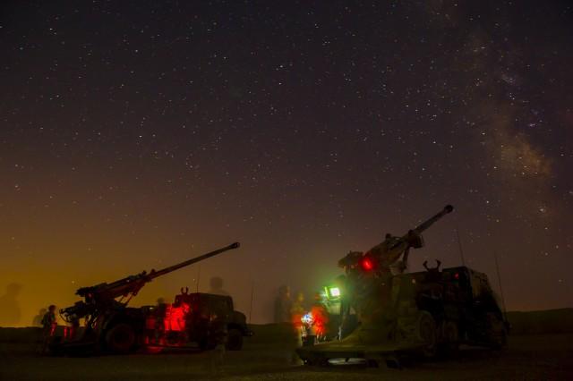Les camions équipés d'un système d'artillerie, dits CAESAr, opérant de nuit dans le cadre de l'opération Chammal. Ici, ce sont les hommes du 93ème RAM le 14 août 2017 (Source : Ministère des Armées)