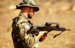 Soldat grec rechargeant son HKG36E