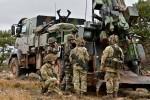 Artilleurs anglais effectuant des essais avec les FAMAS et les CAESAR du 3e RAMa (Royal Artillery / Think Defence 2014)